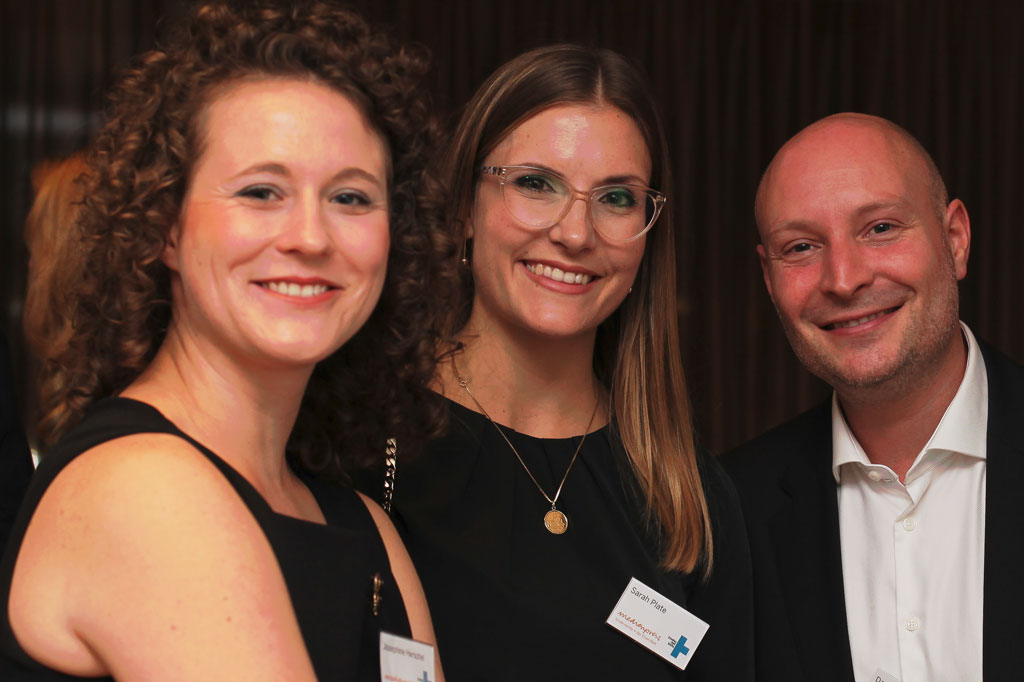 Medienpreis: Der Journalist Daniel Satra mit den Mitarbeiterinnen unserer Pressestelle, Josephine Herschel und Sarah Plate