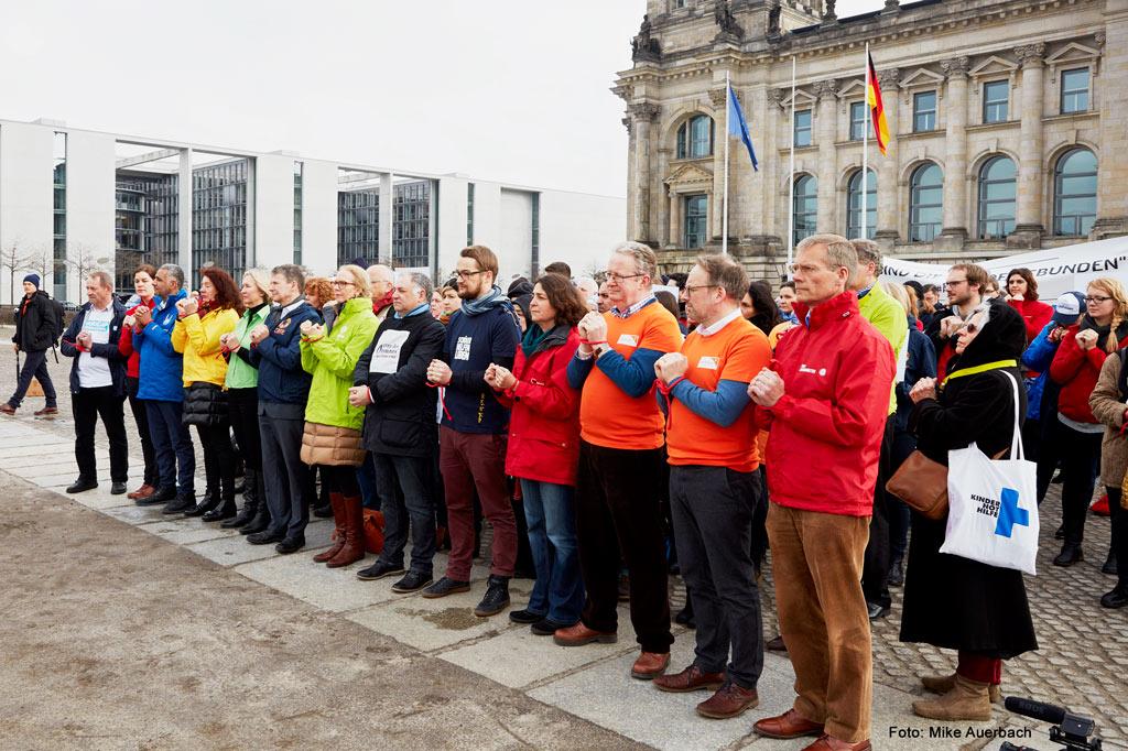 Im kühlen Wind vor dem Reichstagsgebäude in Berlin: Appell für Frieden in Syrien (Foto: Mike Auerbach)