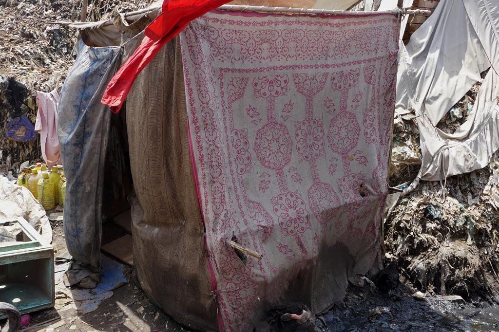 Müll: Waschraum für die Bewohner des Armenviertels am Fuß der Abfallhalden