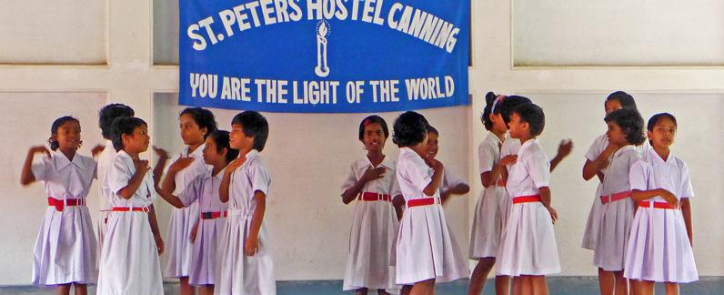 Festliches Bühnenprogramm im Mädchenwohnheim St.Peter´s Hostel in Canning bie Kalkutta