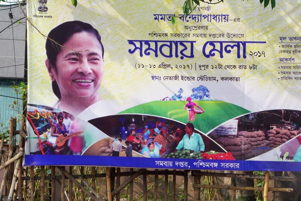"""Mädchenwohnheim: Mamata Banerjee, genannt Didi (""""ältere Schwester""""), Chefin der Provinzregierung des indischen Bundesstaats Westbengalen, beendete mit ihrem Wahlsieg 2011 die 34-jährige Vorherrschaft der Kommunistischen Partei Indiens. Seitdem sind die Provinzfarben weiß-blau."""