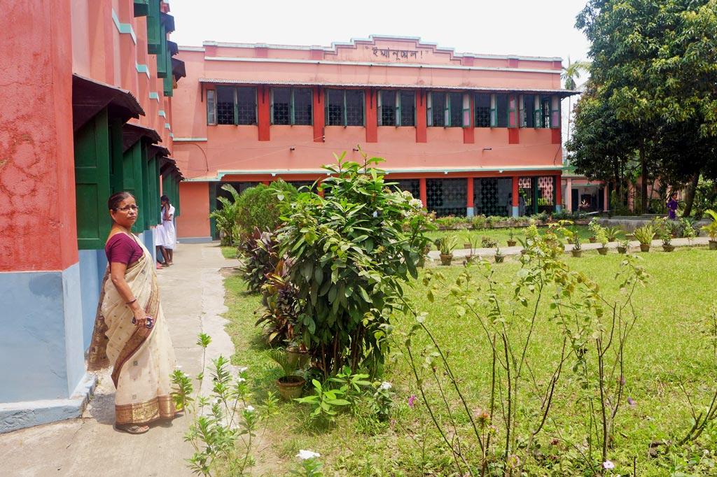 Mädchenwohnheim: Der begrünte Innenhof des St.Peter´s Hostel in Canning. Im Vordergrund die Leiterin des Mädchenwohnheims, Purnima Biswas