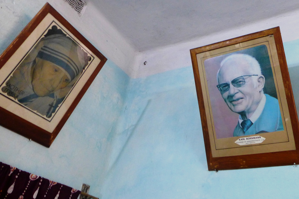 Mädchenwohnheim: Seit 1975 hängt im Büro der Wohnheimsleitung das Konterfei von Kindernothilfe-Gründungsmitglied Karl Bornmann, einem der Gründerväter der Kindernothilfe – gleich neben Mutter Theresa.