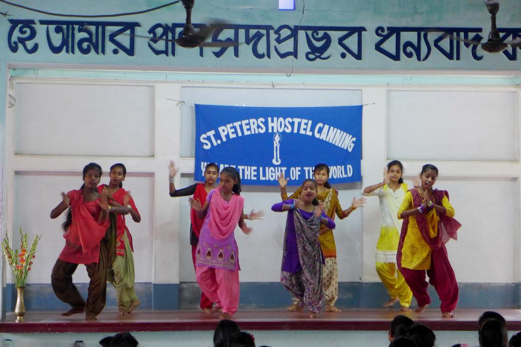 Mädchenwohnheim: Das Bühnenprogramm ist bunt, bewegt und voller Musik. Die Mädchen feiern genauso begeistert, wie sie lernen.