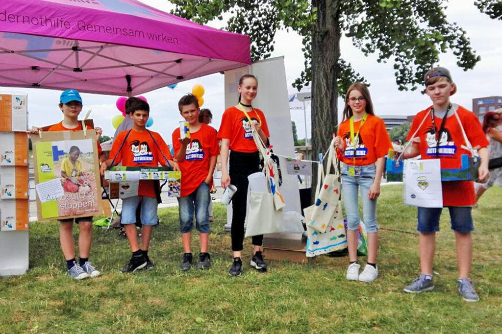 """Ausrufezeichen gegen Kinderarbeit: Beim diesjährigen Kinderfest im Duisburger Innenhafen waren die Action!Kidz mit ihrer Botschaft """"Ausbeutung stoppen"""" unermüdlich unterwegs."""