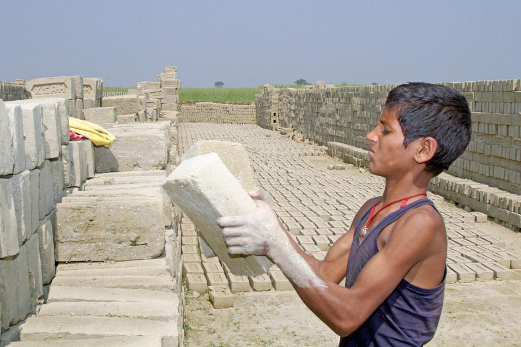 Ausrufezeichen gegen Kinderarbeit: Jeden Tag leistet Raj in einer Ziegelei in Indien Schwerstarbeit.