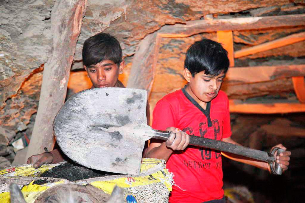 Ausrufezeichen gegen Kinderarbeit: Im Distrikt Chakwal in Pakistan müssen noch viele Kinder arbeiten, damit ihre Familien genug zu essen haben. Dank unserem Projektpartner Rasti besucht Shan (re.) mittlerweile eine staatliche Schule und wird danach Schneidern und Nähen lernen.