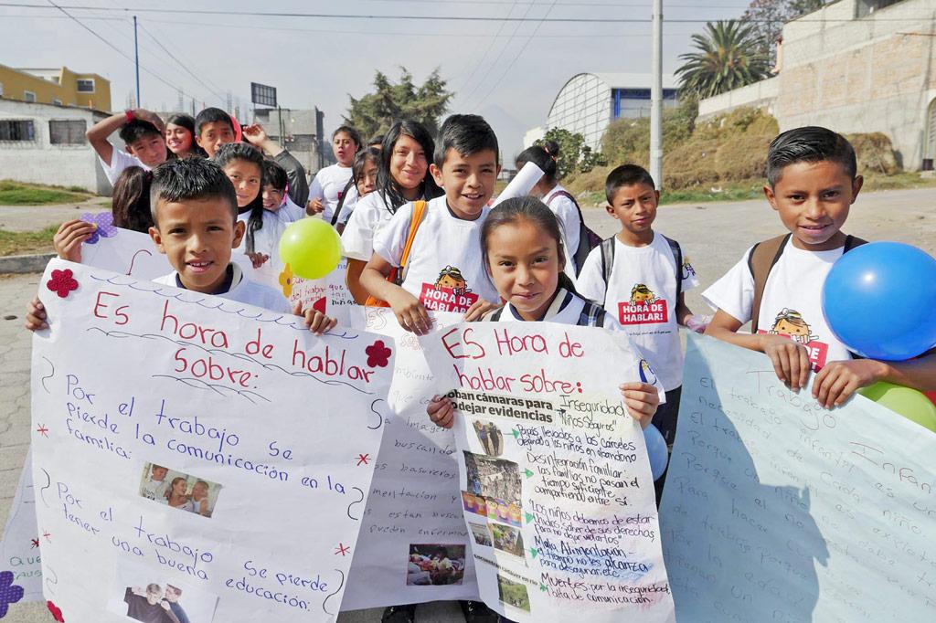 """Ausrufezeichen gegen Kinderarbeit: Unter dem Motto """"Es ist Zeit zu reden"""" gehen derzeit arbeitende Kinder in aller Welt mit ihren Forderungen und Sorgen an die Öffentlichkeit. Diese Kinder haben einen Marsch in Guatemala organisiert."""
