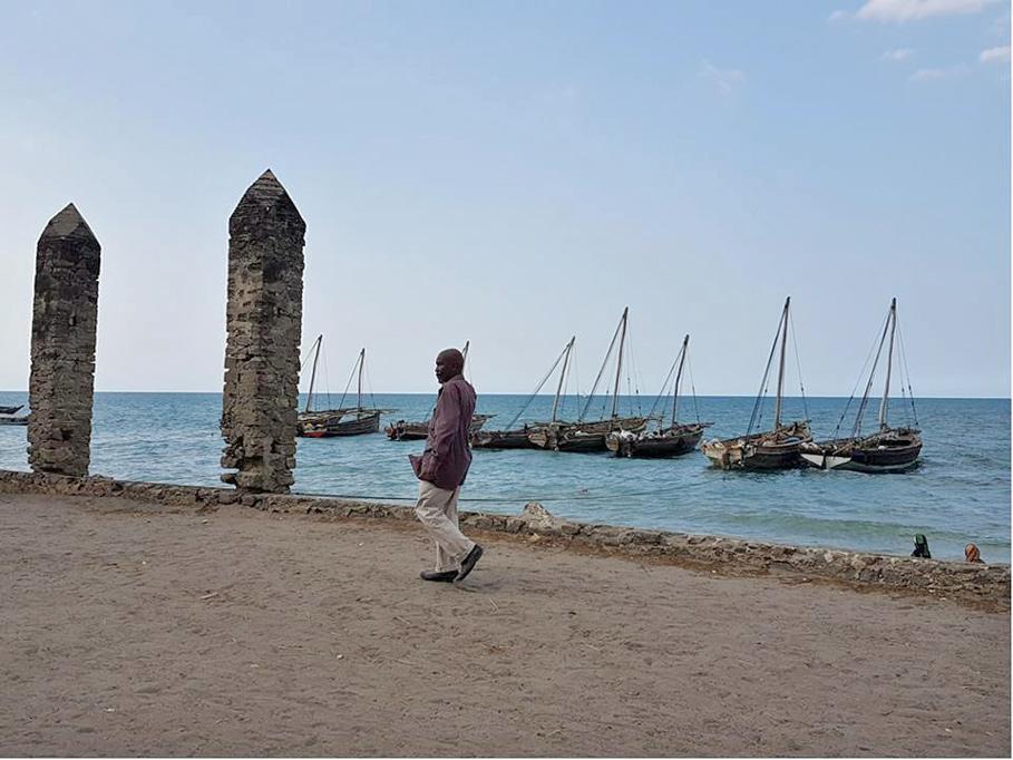 Apartheid - Der ehemalige Sklavenhafen in Bagamoyo, heute ein kleiner Ort an der tansanischen Küste direkt gegenüber von Sansibar. Von hier aus wurden die Sklaven aus dem Landesinneren zum internationalen Sklavenmarkt auf Sansibar verschickt.