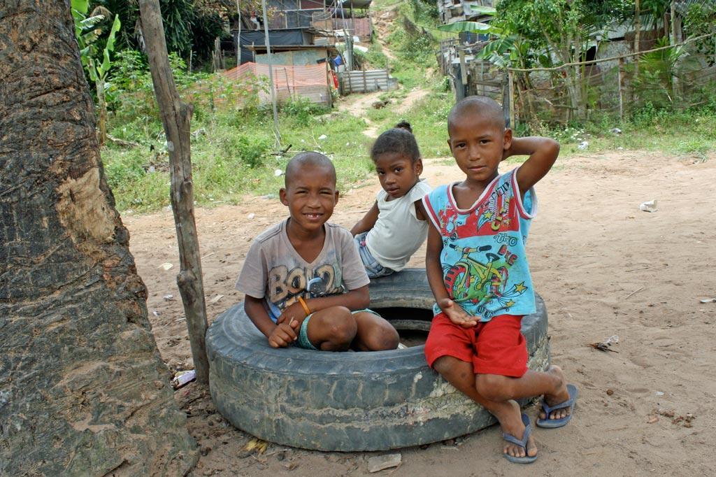 """Nachbarschaftsinitiative: Die Kinder aus dieser kleinen Favela am Rande von Salvador de Bahia auf ihrem """"Spielplatz"""" (Foto: J. Schübelin)"""