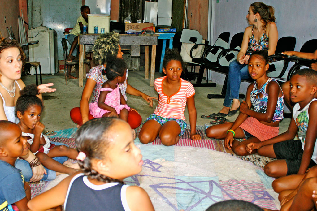 Nachbarschaftsinitiative: Die Runde mit der Psychologin, in der die Kinder über ihre ganz unterschiedlichen Erfahrungen mit Gewalt berichten (Foto: J. Schübelin)