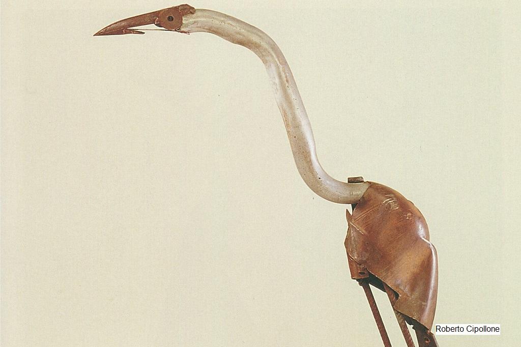 Gedanken: Aus Schrott hat der Künstler Roberto Cipollone einen fragilen Vogel zusammengeschweißt.
