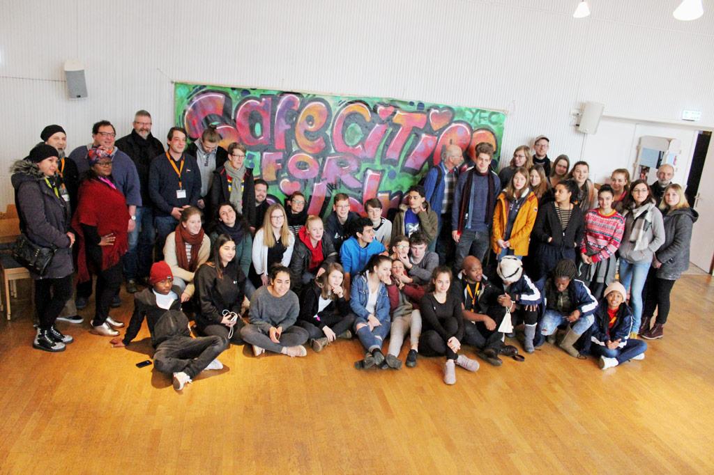 Gruppenbild mit Jugendlichen und jungen Erwachsenen als Teilnehmer*innen einer Jugendkonferenz