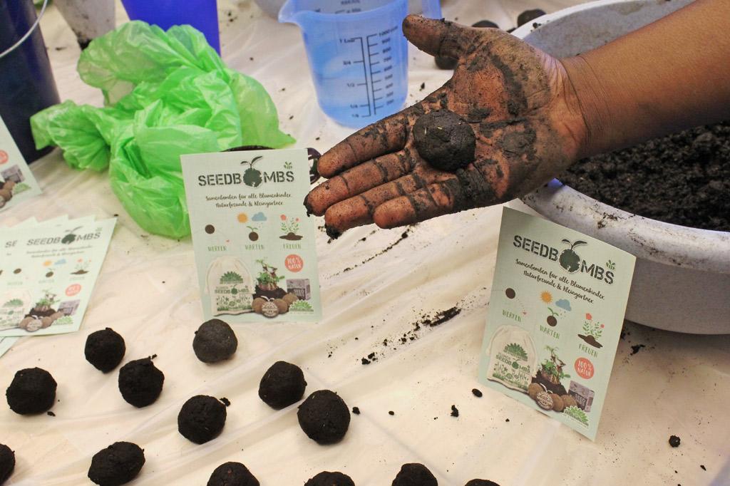 Samenbomben aus Erde, Dünger und Samen mit Gebrauchsanleitung, die lautet: werfen, warten, freuen