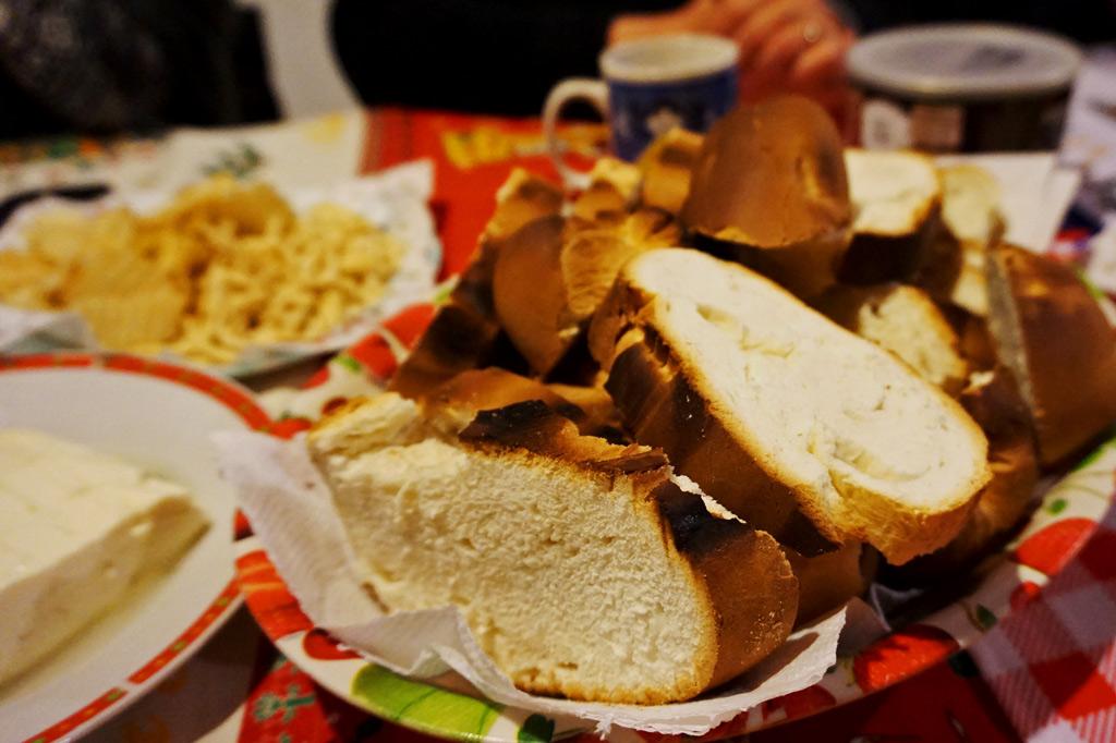 Brot zur Suppe: ein reich gedeckter Tisch mit Brotscheiben