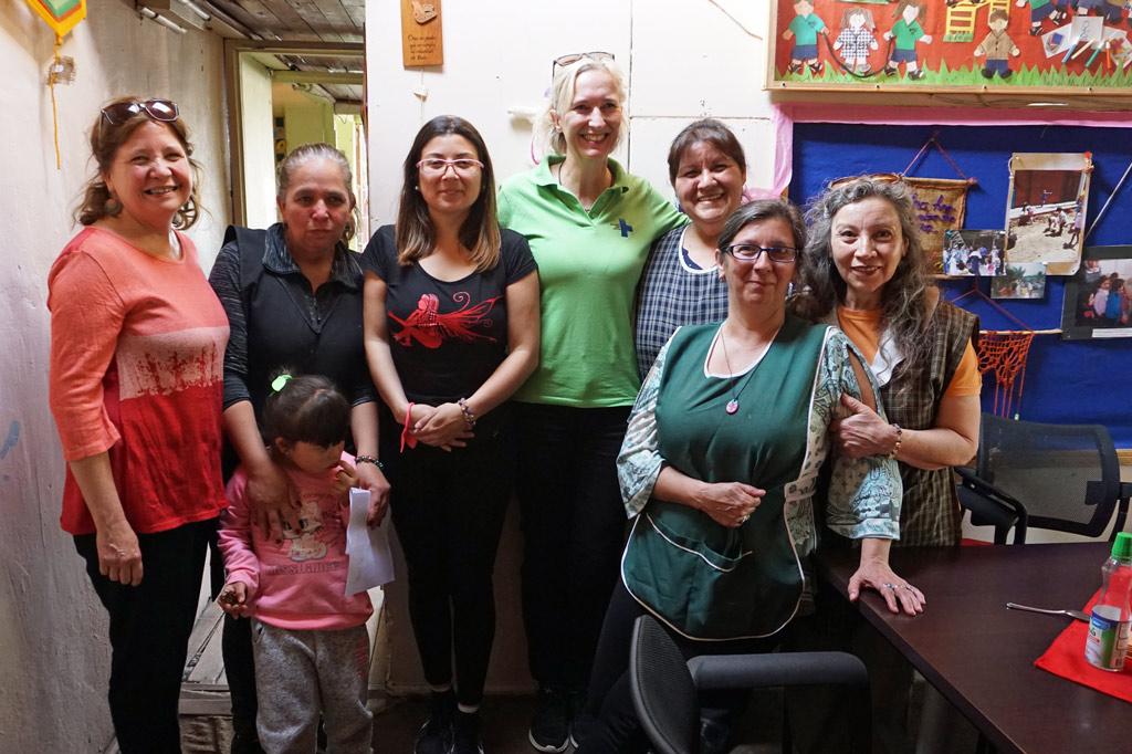 """La Victoria – ein Ort zum Leben: Valentina (ganz rechts im Bild), die Leiterin der Kindernothilfe-Tagesstätte """"Nuestra Senora de La Victoria"""", mit ihrem Team"""