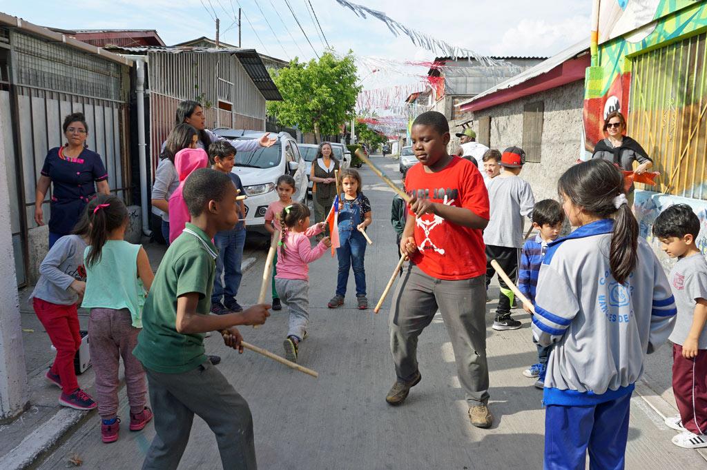"""Chile: La Victoria – eine starke Frau: Kinder und Jugendliche beim Capoeira-Training in der Kindernothilfe-Tagesstätte """"Nuestra Senora de La Victoria""""."""