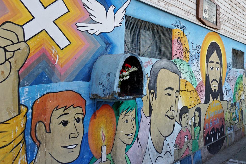Wandbild zum Gedenken an die beiden Priester André Jarlan und Pierre Dubois. La Victoria – gelebter Widerstand