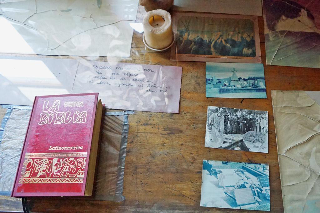 Auf der zersplitterten Schreibtischplatte liegt ein Bild des Getöteten – als Mahnmal für den Widerstand. La Victoria – gelebter Widerstand