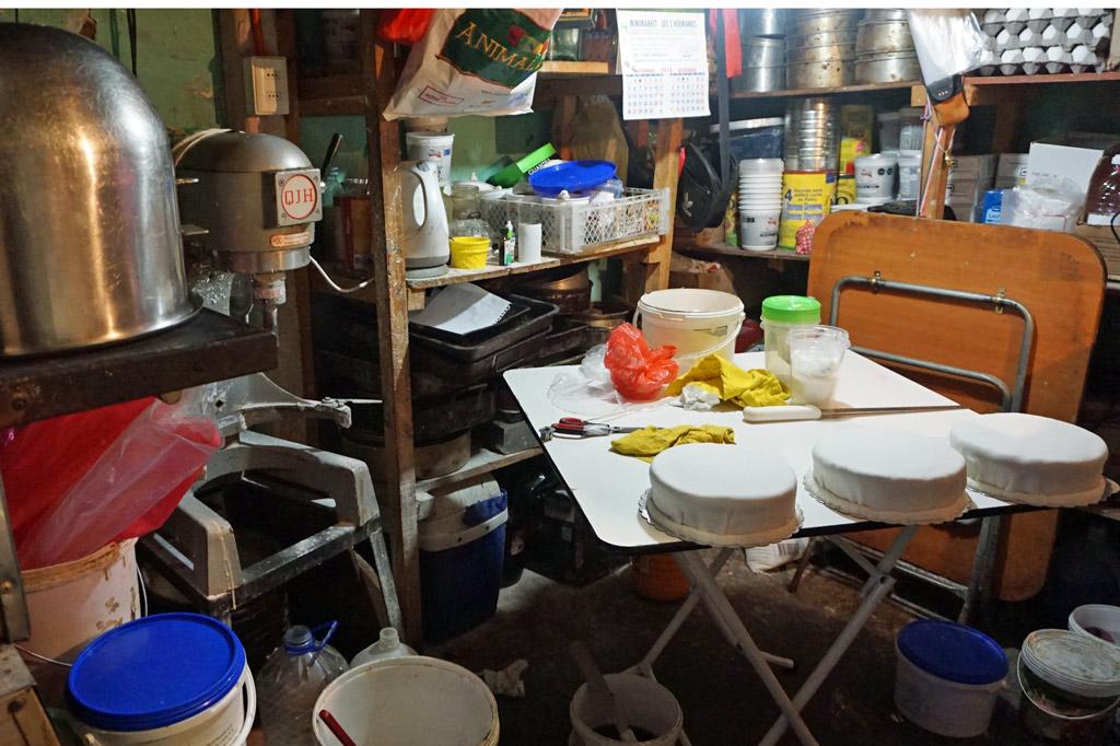 Hier wird gerührt, gebacken und verziert: das vollgestellte Zimmer, in dem der Tortenbäcker seine Torten zubereitet. Chile, El Señor de la Torta – der Tortenbäcker