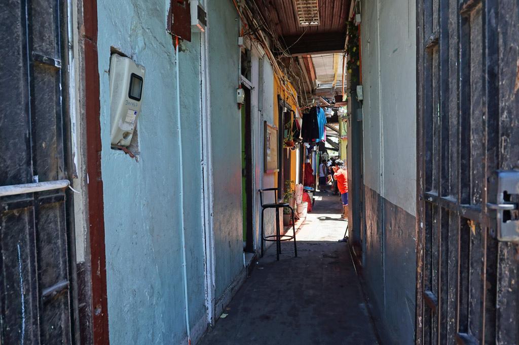 Blick in den schmalen Gang, der zum Hof des Tortenbäckers führt. Chile, El Señor de la Torta – der Tortenbäcker