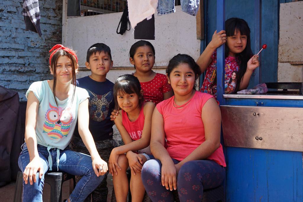 Sechs Kinder, die jeden Tag zur Hausaufgabenbetreuung kommen, posieren für die Kamera. Chile, El Señor de la Torta – der Tortenbäcker