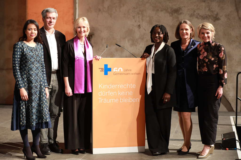 v.l.n.r.: Jiah Sayson, Dr. Karl Pfahler, Katrin Weidemann (Vorstandsvorsitzende der Kindernothilfe), Dr. Auma Obama, Christina Rau, Sabine Heinrich. (Quelle: Ralf Krämer)