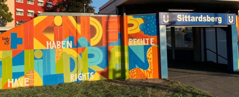 Eingang zur U-Bahnhaltestelle Sittardsberg, die von Kindern mit Graffit neu gestaltet wurde