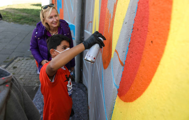 Katrin Weidemann mit einem kleinen Künstler des Landfermann-Gymnasiums. (Quelle: Martin Bondzio)