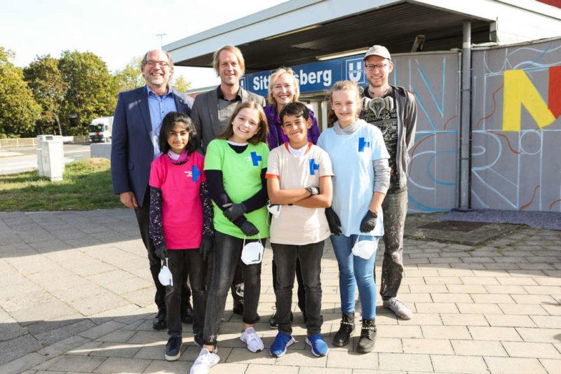 Der Kindernothilfe-Vorstand mit Aleks van Sputto und Kindern des Landfermann-Gymnasiums. (Quelle: Martin Bondzio)