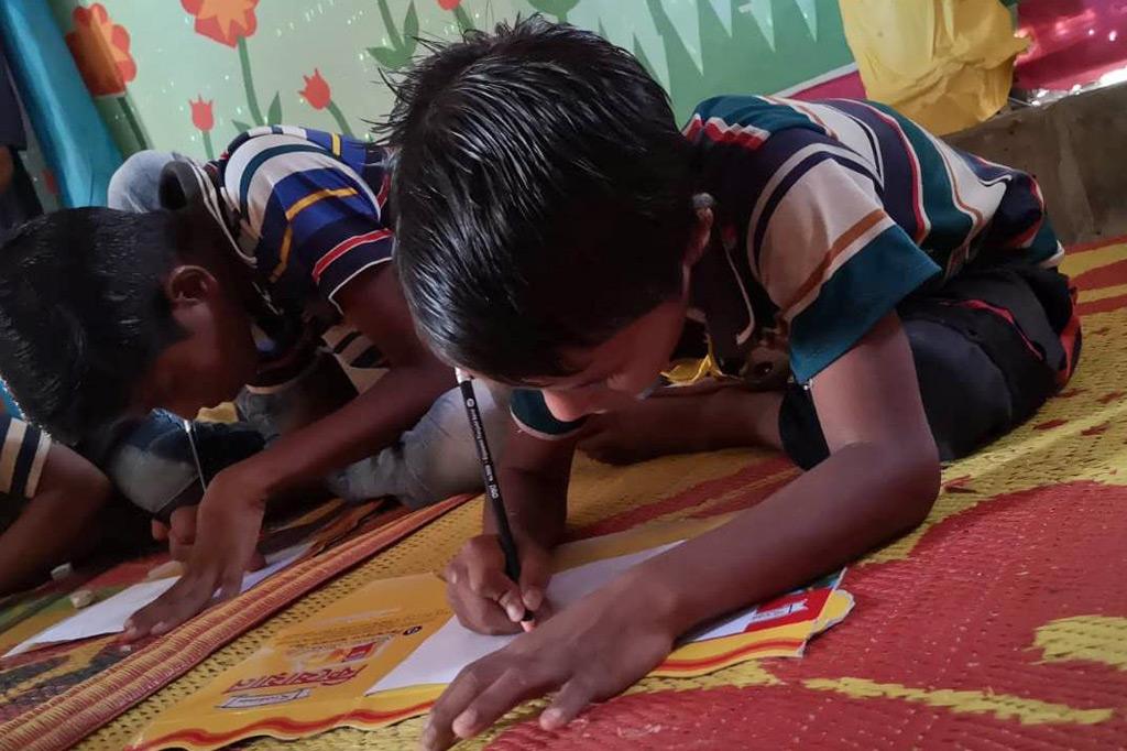 Im Schutzzentrum malen Kinder auf, was sie belastet. Das lager der Rohingya weist mehrere dieser Kinderschutzzentren auf.