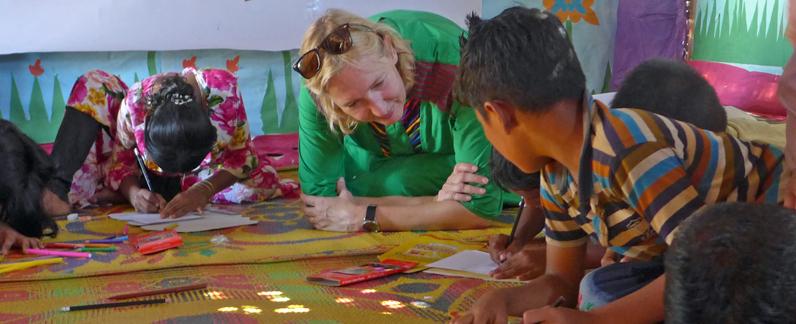 Die Autorin, Katrin Weidemann, mit Kindern beim Malen im Kinderschutzzentrum