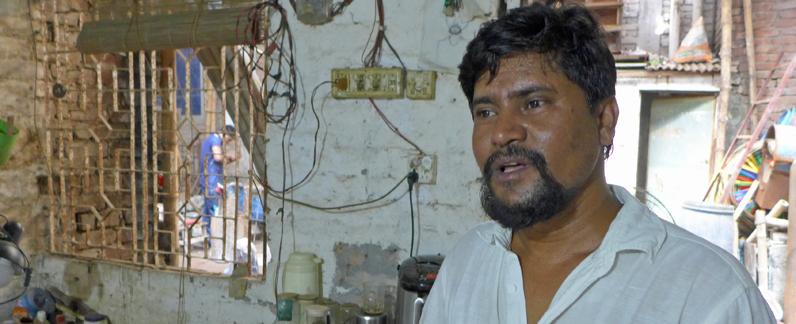 Der bengalische Künstler Tejosh Halder in seinem Atelier in Bangladesch