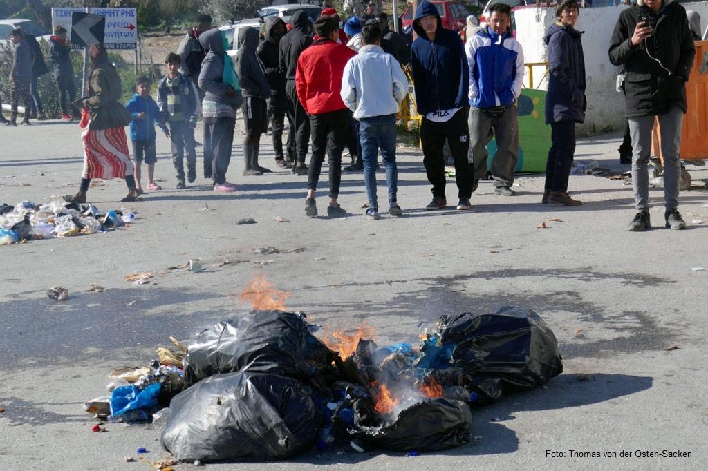 Brennende Plastiksäcke in einem Geflüchtetenlager auf Lesbos