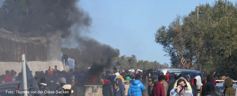 Flüchtlinge in Europa: Schwarzer Rauch über einem Flüchtlingslager auf Lesbos