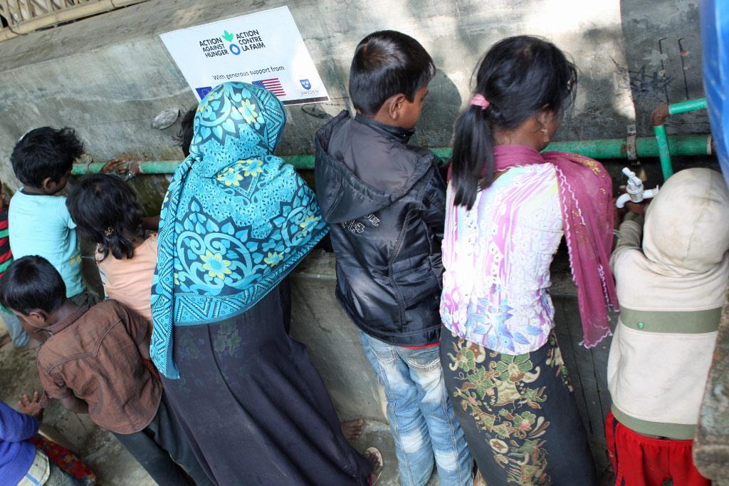 Wasser ist Leben: Frauen und Kinder an einer Waschstelle im Flüchtlingslager Kutupalong in Bangladesch