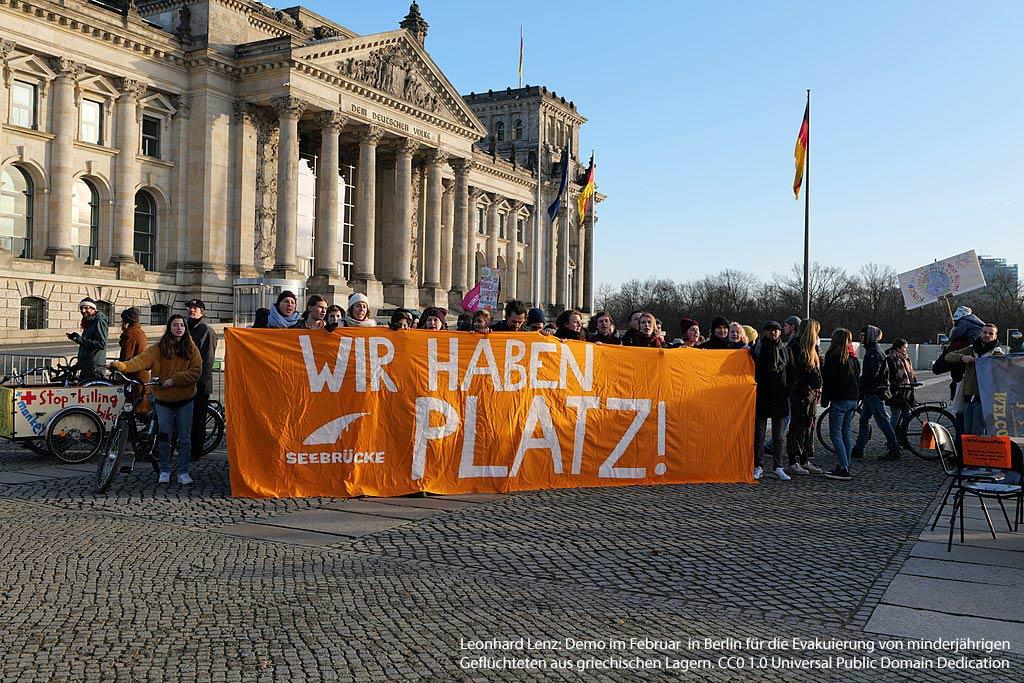 """Demo vor dem Reichstag mit dem Transparent """"Wir haben Platz!"""" für die Aufnahme minderjähriger Flüchtlinge aus Lagern wie Moria"""