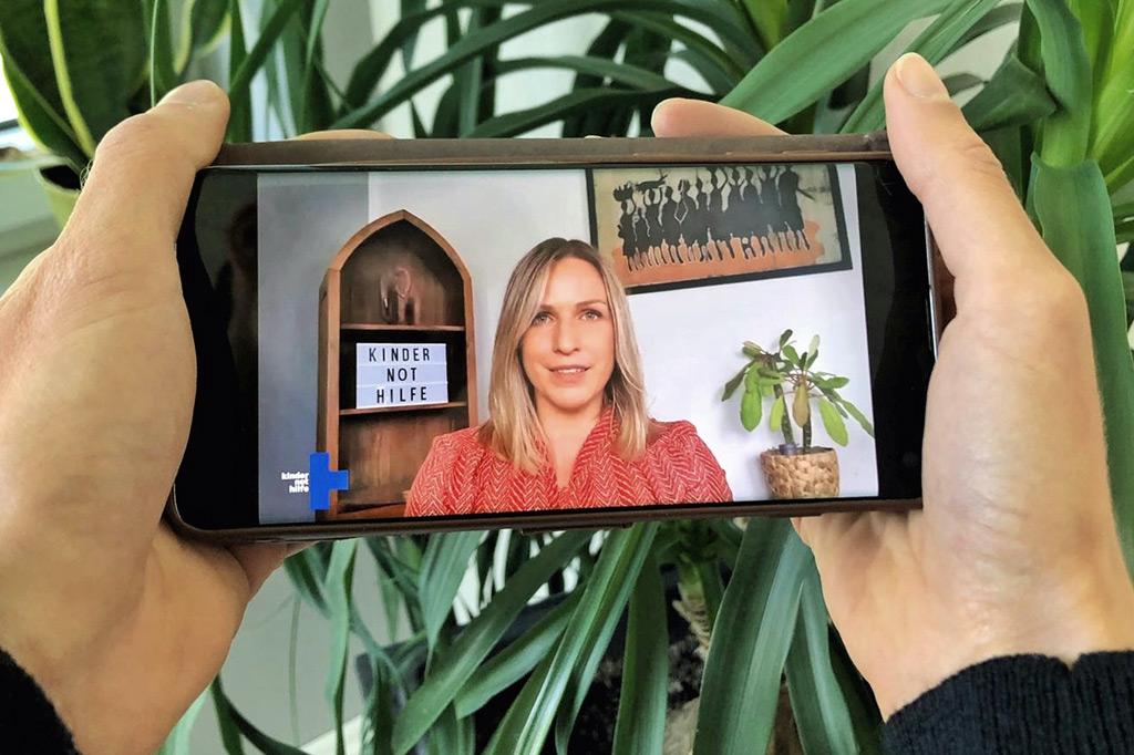 Eine Märchenerzählerin im Smartphone