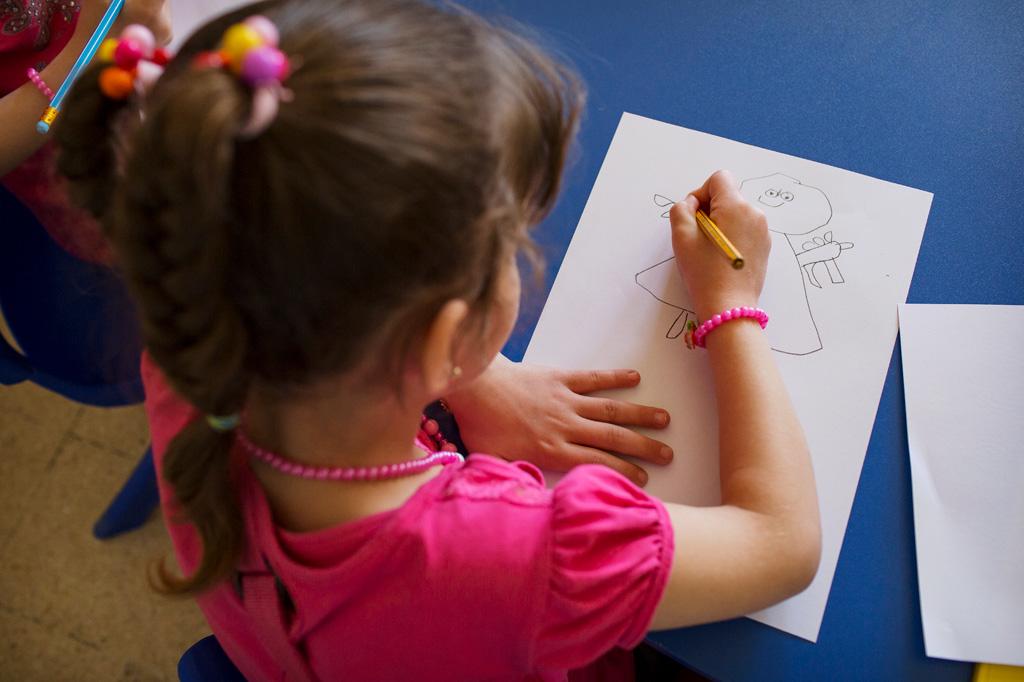 Ein Kind zeichnet ein Bild mit einem Bleistift