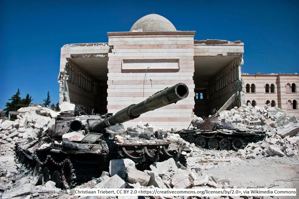 Zwei zerstörte Panzer vor einer ebenfalls zerstörten Moschee im syrischen Azaz, nördlich von Aleppo